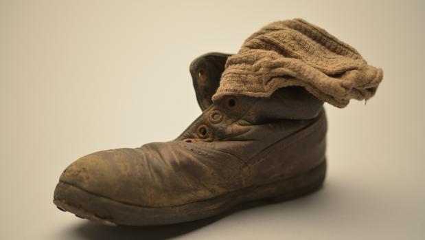 Una bota infantil, con un calcetín, de la exposición «Auschwitz. No hace mucho. No muy lejos»