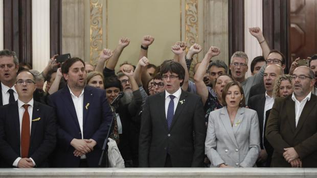 Junqueras, Puigdemont y Forcadell, junto a otros diputados independentistas, tras proclamar la independencia en el Parlamento catalán el viernes