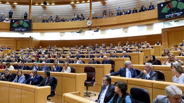 Mariano Rajoy y Soraya Sáez de Santamía tras la votación del pleno del Senado