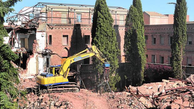 La excavadora, ayer lunes, comenzó a retirar los escombros