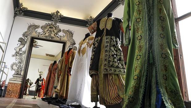 Varias indumentarias en la exposición del Museo de la Seda de Valencia