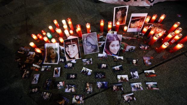 Concentración en Cibeles en memoria de las cinco jóvenes muertas en el Madrid Arena