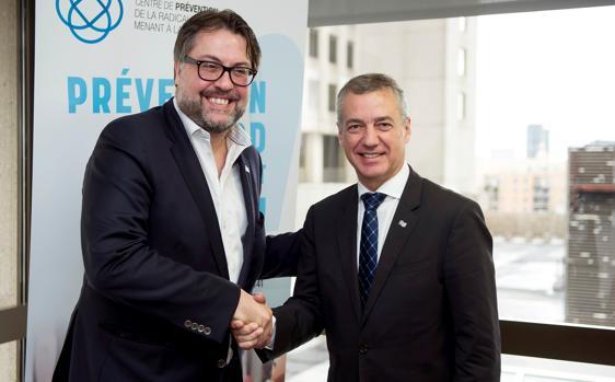 Iñigo Urkullu (d), junto al ministro de Inmigración del Gobierno de Quebec, David Heurtel