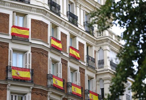 Banderas de España colgadas en los balcones