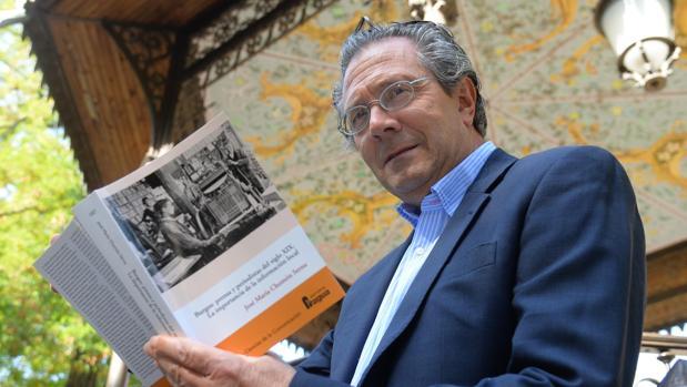 El periodista y profesor José María Chomón, con su obra