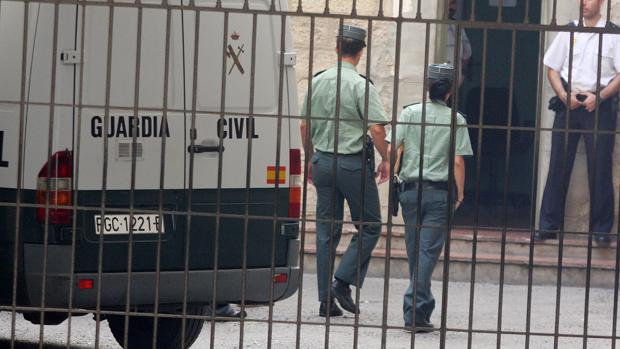 Imagen de dos agentes de la Guardia Civil en Alicante