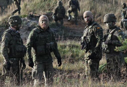 Militares españoles desplegados ahora en Letonian en una misión de la OTAN