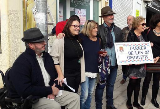 Concejales y encargados del cambio de calles en Alicante, con la primera placa que se cambió