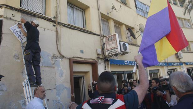 Imagen de la reposición de la placa de la plaza de la División Azul