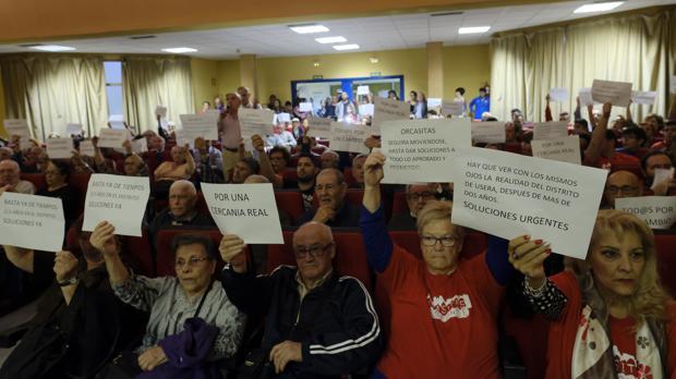 Los vecinos de Orcasitas levantan carteles de protesta, ayer en la Junta de Distrito