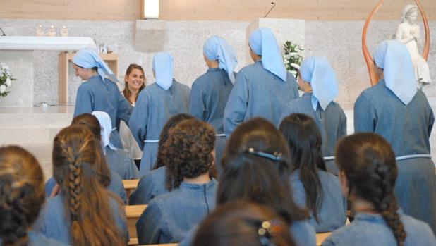 Claudia, la joven novicia, recibe el abrazo de cada una de las hermanas que le dan así la bienvenida a la congregación