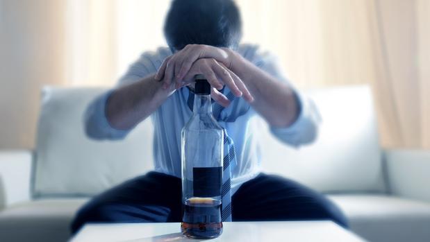 El perfil más común de personas alcohólicas es el de hombres de un 45 años, con familia y baja formación