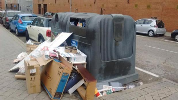 Varios contenedores de Madrid con basura acumulada durante la última huelga de basuras