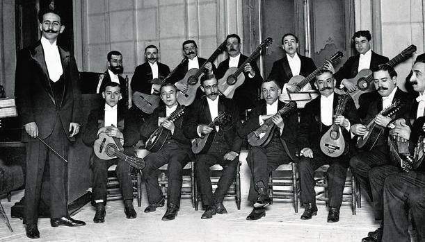 Germán Lago, de pie a la izquierda, en una imagen de 1912 con la Sociedad Mandolinística Hispania