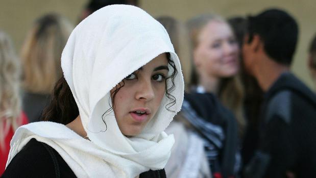 Una joven ataviada con hiyab