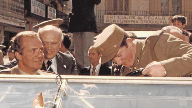 Don Juan Carlos, el 19 de abril de 1979, durante el recorrido que hizo por Calatayud junto al alcalde José Galindo (en la imagen, tras el Rey)