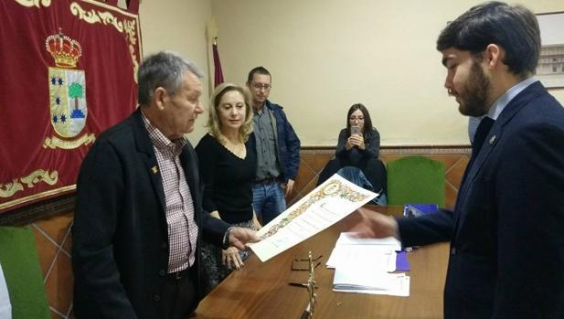 José María San Román recoge de manos del alcalde, Rafael García-Patos, el título acreditativo de cronista oficial