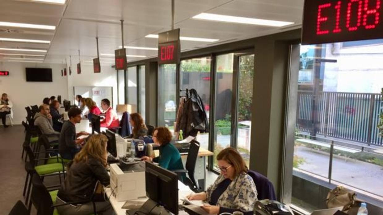 La nueva oficina para familias numerosas atiende s lo con for Oficina desempleo cita previa