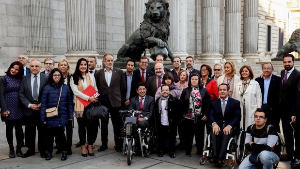 Diputados, junto a representantes de la sociedad, ayer en el Congreso