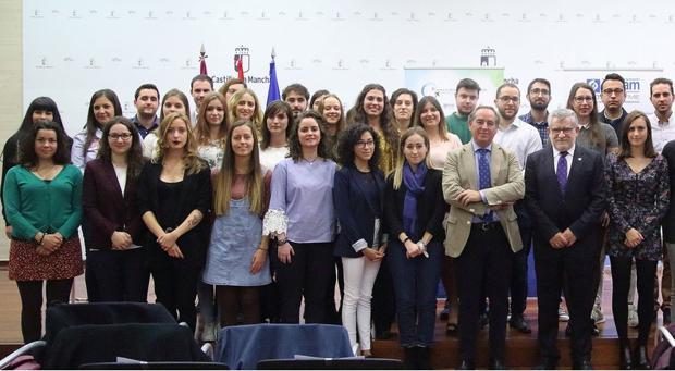 El consejero Ángel Felpeto y el presidente de Cecam, Ángel Nicolás, con los jóvenes agraciados
