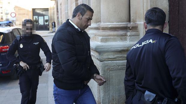 Driss Faseh, presunto asesino de su esposa Rachida Nour, escoltado por la policía para asistir al juicio