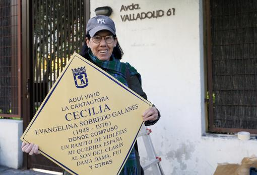 La hermana de la cantante Cecilia, Teresa Sobredo Galanes, sostiene la placa frente a la casa donde vivieron