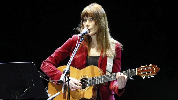 Carla Bruni, durante una actuación en Barcelona en 2014
