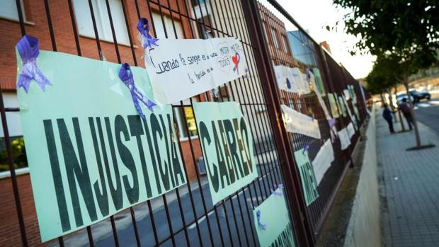 Carteles de condolencias y repulsa por el crimen de Elda, en el colegio donde se produjo