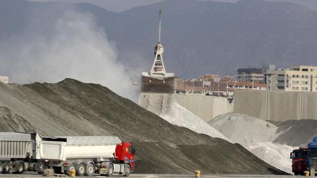 Polvareda levantada en una zona de graneles del puerto de Alicante