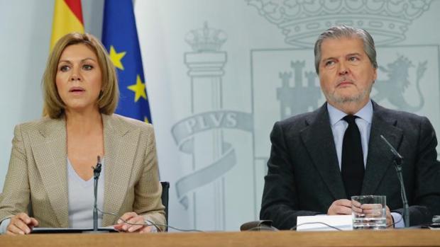 La ministra de Defensa, Mª Dolores de Cospedal, y el portavoz del Gobierno, Í. Méndez de Vigo