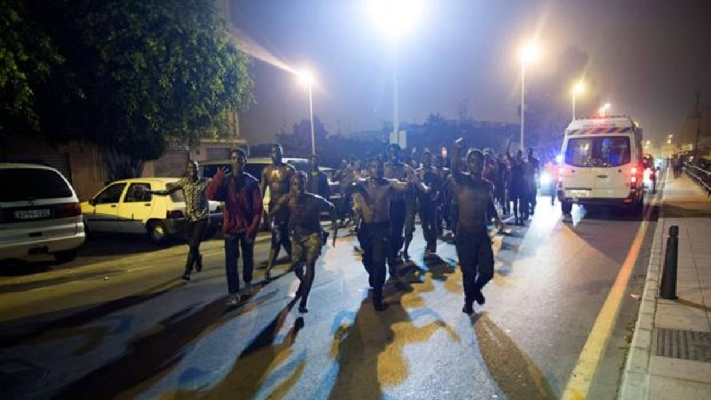 Marruecos frena un intento de 200 inmigrantes de saltar la frontera de Ceuta