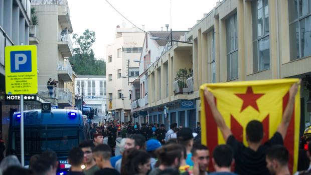 Concentración de protesta contra la policía a las puertas de un hotel de Pineda de Mar
