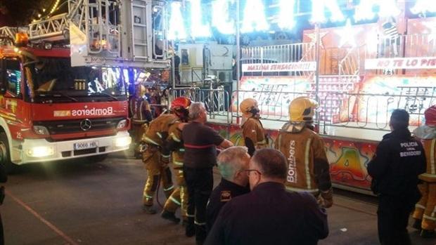 Bomberos durante el rescate de las personas atrapadas en la atracción de feria en Benidorm