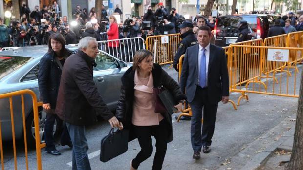 Comparecencia ante el juez del tribunal supremo de los miembros de la mesa del Parlamento de Cataluña encabezados por Carmen Forcadell