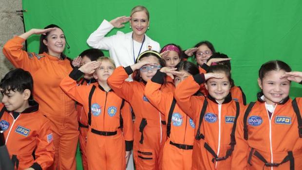 La presidenta Cifuentes, con un grupo de escolares ataviados como pequeños astronautas