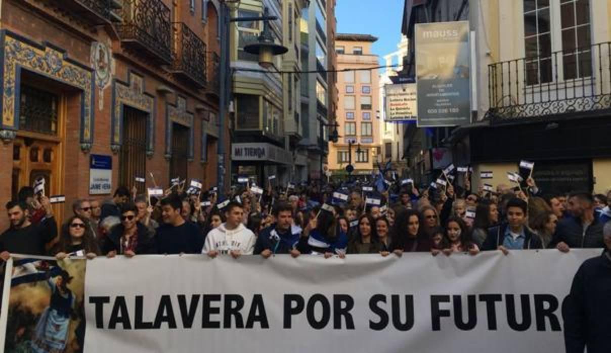 Cerca de 40.000 personas participan en la manifestación por el futuro de Talavera