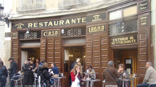 A la puerta del restaurante se forman corrillos para degustar los famosos pinchos