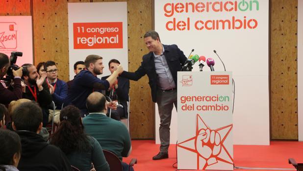 El presidente Page saluda a Hernando durante el XI Congreso regional de Juventudes Socialistas