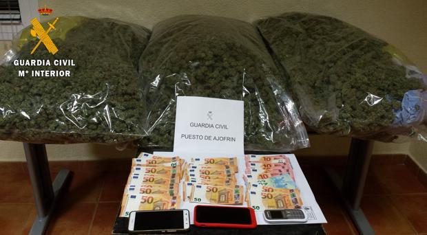 Cogollos de marihuana y 1.700 euros intervenidos por la Guardia Civil