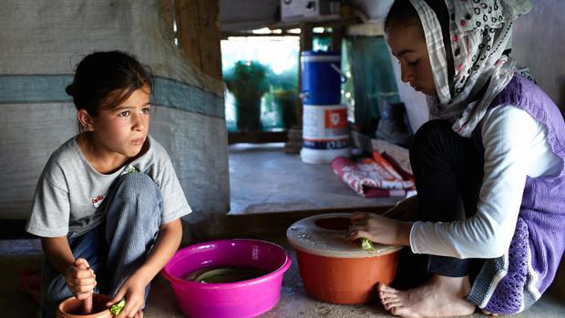 Dos niñas sirias refugiadas en el campo libanés del Valle de la Bekaa, uno de los puntos a los que ha destinado fondos el Gobierno aragonés