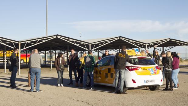 Varios alumnos esperan paraser examinados en el centro de la DGT en Móstoles