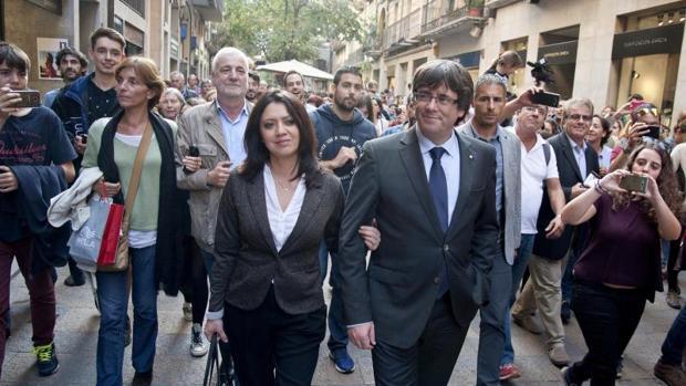 Matamala (izq.), tras Puigdemont y su esposa el 28 de septiembre en Gerona,