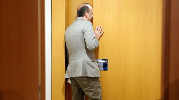 Alexis Marí se asoma a la sala de prensa que la Mesa de las Cortes no permitía usar a los no adscritos