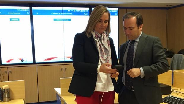La consejera de Transportes, Rosalía González, y el consejero-delegado de Metro, Borja Caravante, practicando con la nueva aplicacíon de Metro para móviles