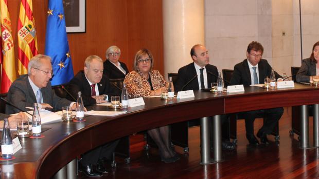 El presidente de la DPH, Miguel Gracia (segundo por la izquierda), durante el Pleno que ha impulsado la ejecución de este proyecto de extensión tecnológica