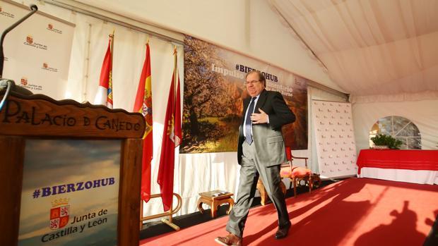 El presidente de Castilla y León, Juan Vicente Herrera, durante la presentación del programa de impulso agroalimentario integral 'Bierzo HUB', que se celebra en el Palacio de Canedo en Canedo