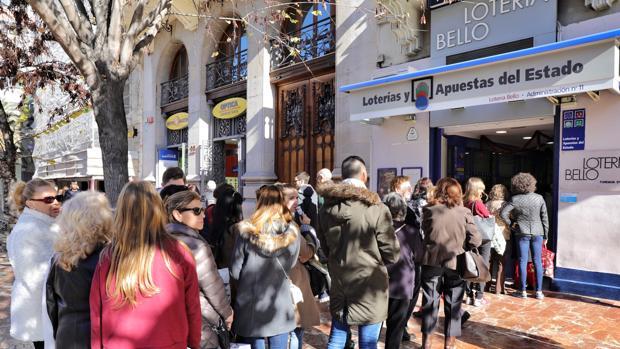 Imagen de las colas en una administración de lotería de la plaza del Ayuntamiento de Valencia