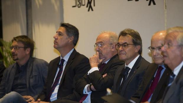 Artur Mas, junto a Albio, Domènech y el resto d comprecientes del debate «Diáloggos sobre Cataluña» celebrado en Madrid este martes