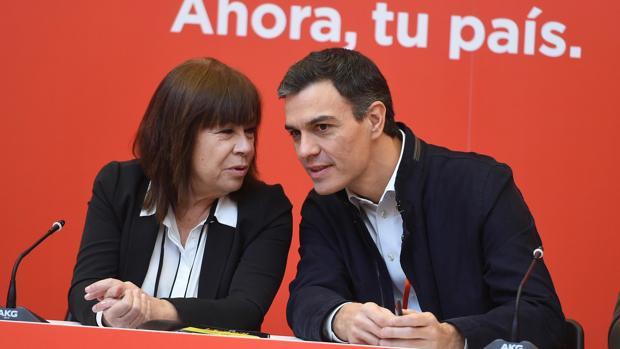 Cristina Narbona charla con Pedro Sánchez, en una imagen de archivo