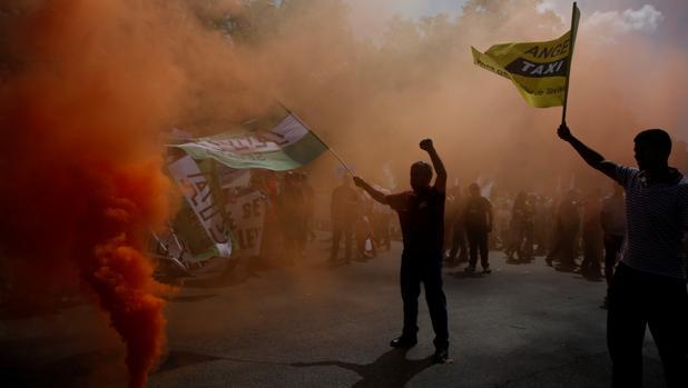 Los taxistan prenden bengalas y botes de humo en una protesta anterior